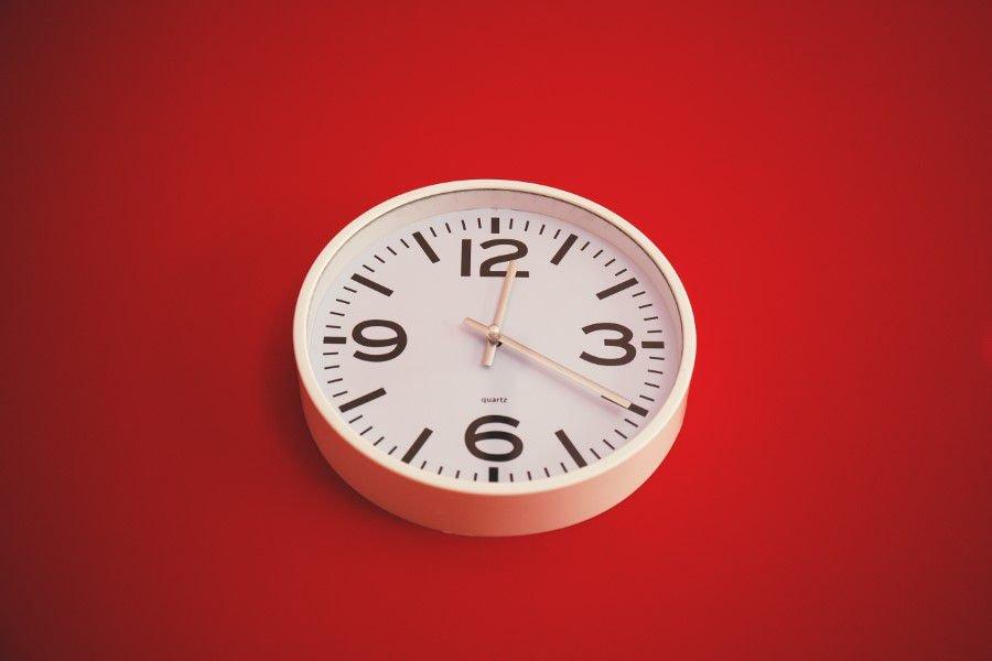 Uhr auf rotem Hintergrund